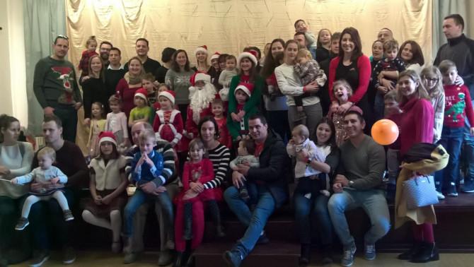 Wokingi karácsonyi csoportkép az iskolai közösséggel