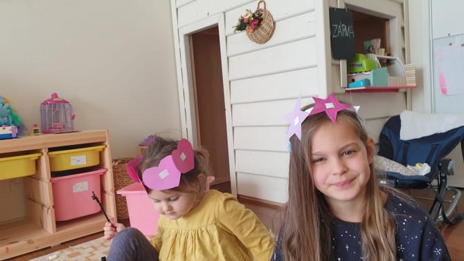 Olívia és Luca is büszkén viseli a hercegnős fejdíszeket