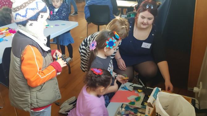 Kézműves sarokban a gyerekekkel