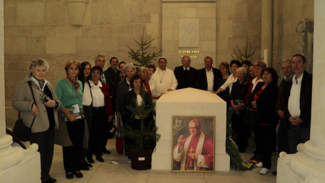 Ausztriai magyar zarándokok Márton Áron püspök szarkofágja mellett