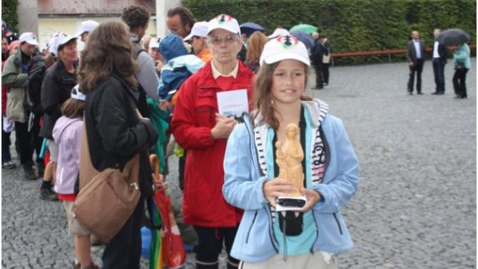 Bevonul a mariacelli bazilikába a gráci magyar gyalogos zarándokok csoportja