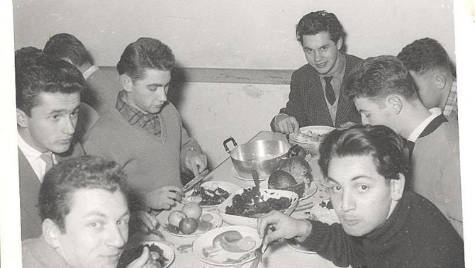 1957-ben az asztal körül (Fürstenried, München)