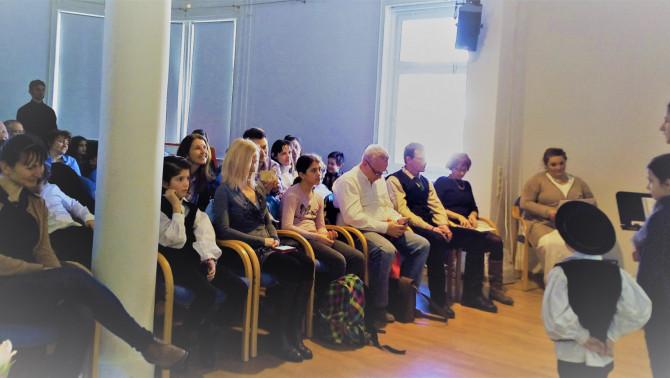 A szavalókkal együtt izguló közönség.