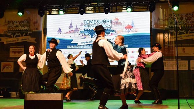 Csöbörcsök Táncegyüttes a színpadon - Fotó: Orosz Sándor