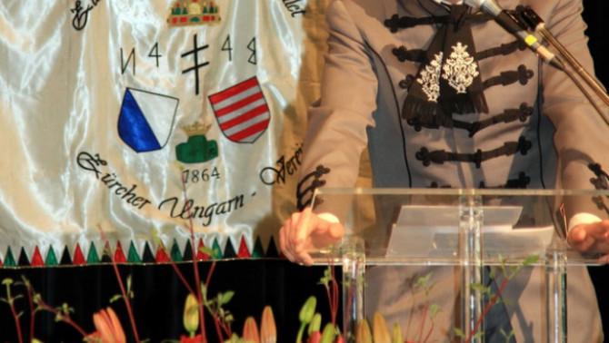 Szennyessy László, a Zürichi Magyar Egyesület és a Svájci  Magyarház Alapítvány elnöke megnyitja az ünnepséget