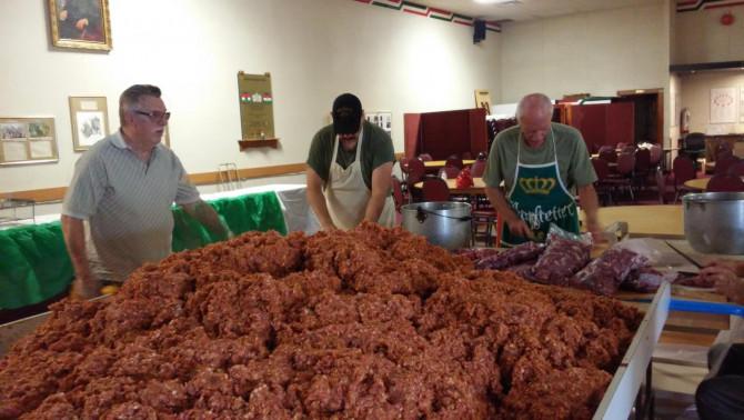 A máskor kultúrális programoknak otthonot adó nagyteremben 450 kg húst dolgoztak fel