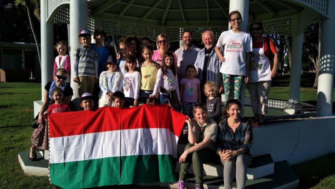 csoportkép a táborozókkal