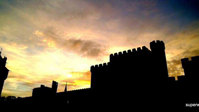 Naplemente a vár árnyékában