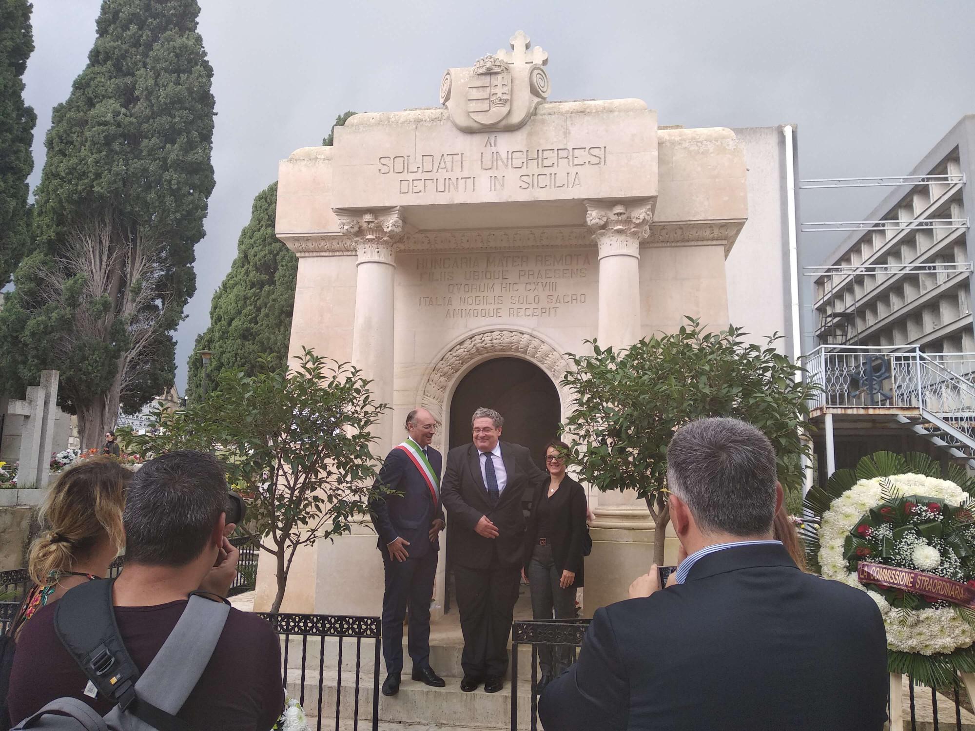 Vittoria polgármestere és a magyar delegáció a kápolna előtt