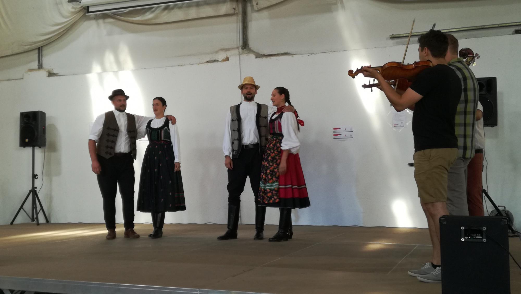 A müncheni Regös Néptáncegyüttes tanárai magyarpalatkai táncokat táncoltak