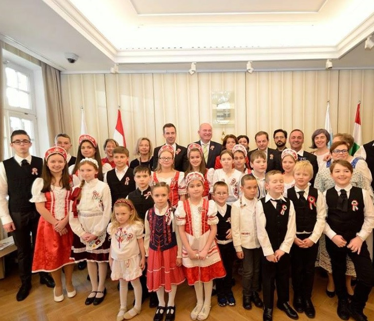A müncheni Magyar Katolikus Egyházközség ünnepi műsort adó tagjai a meghívott vendégekkel
