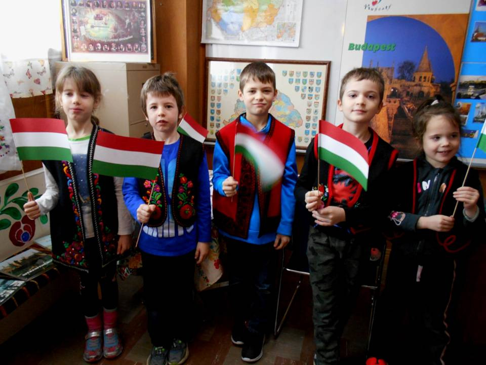 Magyar mellényben, magyar zászlókkal